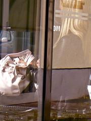 DM (web.werkraum) Tags: urban berlin juni germany deutschland europa expression figure dual dm spiegelung 2009 mdchen figur komposition haltestelle reflexionen reflexe warten tasche nachmittag berlinpankow dasdasein bildfindung berlinerknstlerin tagesnotiz webwerkraum karinsakrowski