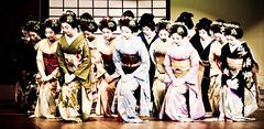Rendre le salut par l'me 2 (Stphane Barbery) Tags: kyoto maiko geiko japon cinqfleurs