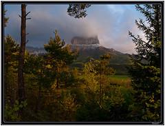 Premiers rayons du soleil sur le mont aiguille (Tets07) Tags: france nature montagne pentax lumire nuage paysage vercors mont fort brume matin aiguille isre rhnealpes trives