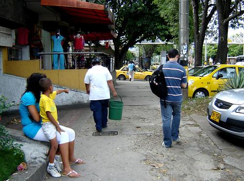 Eran las 4:18 PM cuando vimos a doña Carmen coger rumbo al paradero de buses.