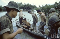 Nationalist S. Vietnamese soldiers loading their Vietcong prisoners onto small canoe-like boats in Mekong Delta. 1962 par VIETNAM History in Pictures (1962-1963)