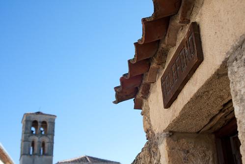 Cabina de teléfono de Pedraza y torre de San Juan