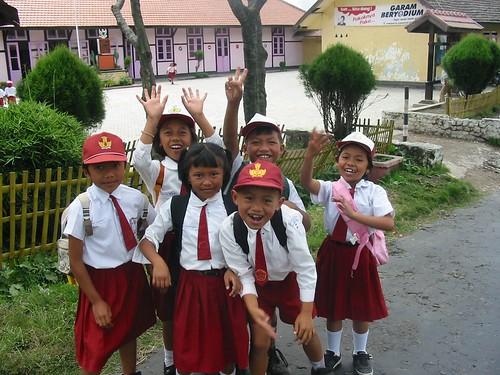 Enthoesiaste kinderen op straat