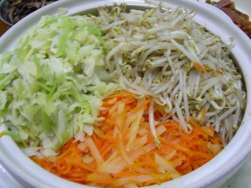高麗菜+芹菜、豆芽菜、紅蘿蔔+馬吉絲