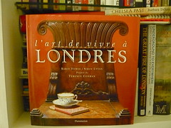 P1080979 L'Art de vivre a Londres, Preface by Terence Conran (londonconstant) Tags: uk england london english history architecture french books bookshelf gb bookcover londra bibliophile guidebooks mylibrary encyclopaedia mybooks bookreview costi gazetteers londonconstant