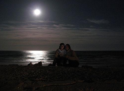 Iluminado com telemóvel e lua