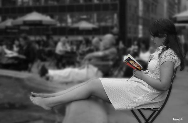 Chica leyendo en Bryant Park