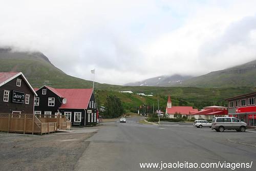 Aldeia de Reydarfjordur na Islândia
