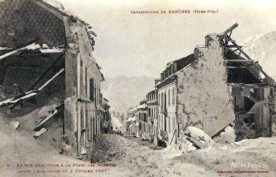 dégâts dans la rue principale de Barèges après l'avalanche du 2 février 1907
