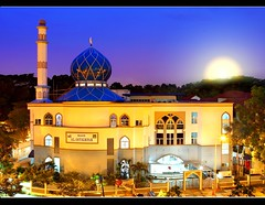 Muslim Mosque : Selamat Hari Raya (Kenny Teo (zoompict)) Tags: blue light sunset sky building tourism beautiful night sunrise canon wonderful lens landscape photo yahoo scenery photographer view muslim prayer mosque tourist best pasirris kenny  masjid malay masjidalistighfar zoompict singaporelowerpiercereservoir