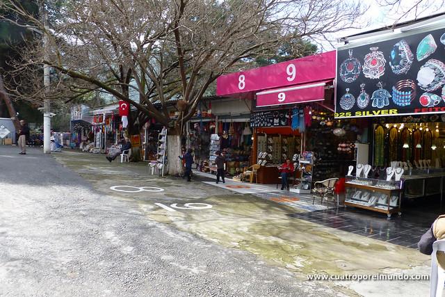Zona de tiendas en la entrada de Ephesos
