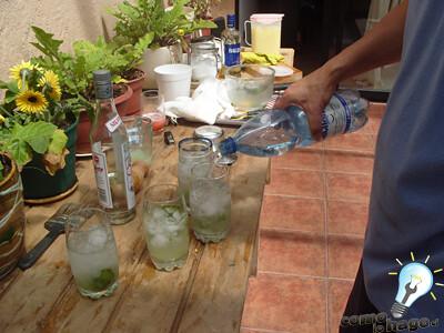 Agregando agua mineral - Cómo hacer mojitos
