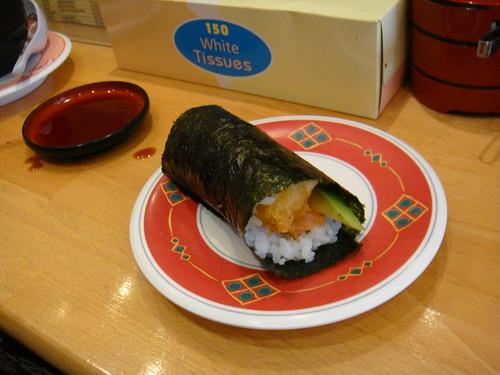 Hand roll de aguacate, gamba rebozada y salmón
