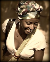 [フリー画像] [人物写真] [女性ポートレイト] [黒人女性] [黒人] [笑顔/スマイル] [セピア]     [フリー素材]