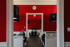 The First SBB Lounge in Switzerland @ mainstation zurich (Toni_V) Tags: red station architecture schweiz switzerland suisse tripod zurich lounge sbb hauptbahnhof architektur zürich 2009 gitzo mainstation hb ffs d300 cff toniv gt1540 090623 avireal