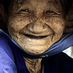 Lovely smile (-clicking-) Tags: old portrait smile smiling eyes women faces mother happiness older aged lovely motherhood visage vietnamesewomen 500x500 thebestofday gnneniyisi winner500 100commentgroup artofimages bestportraitsaoi elitegalleryaoi