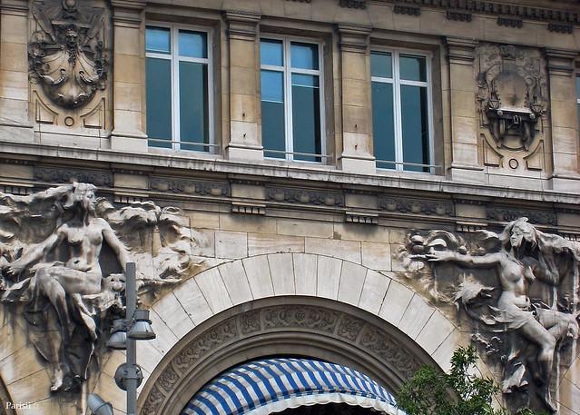 Statues de Félix Charpentier sur la façade