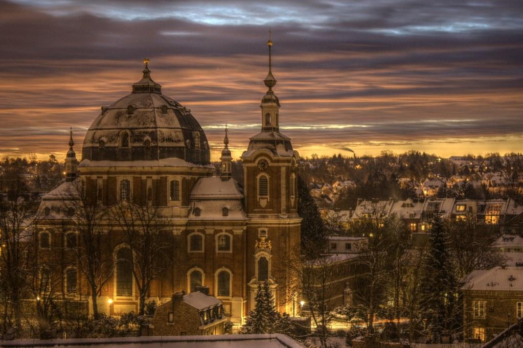 雪が積もった夕暮れの聖ヨハン・バプティスト教会