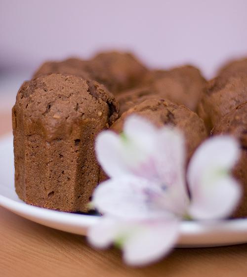 шоколадные-маффины-с-вишней