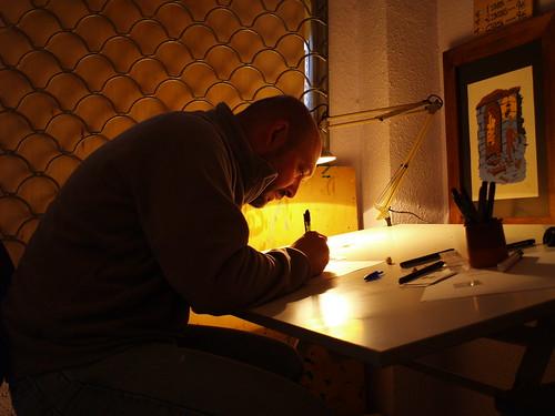 Javier Urrea dibujando en el taller