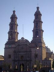 Un poco mas a la derecha. (roblestjorge) Tags: catedral fotos entrada reloj cruces toma principal campanario torres angulo