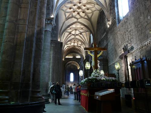 Nave de la Epístola con los pasos de Semana Santa