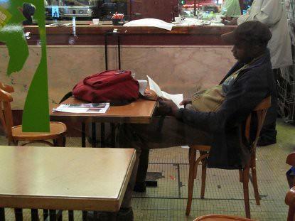 9c27 Barbés Mº Marcadet Poissoniers048 Señor negro lee carta en un bar baja
