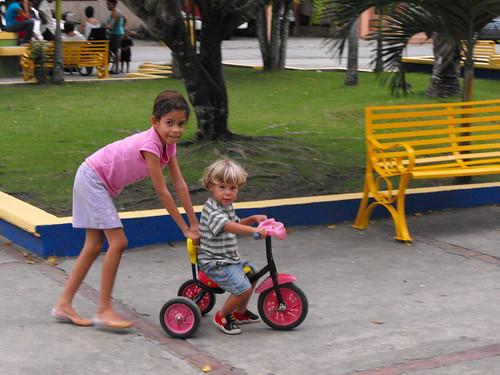 Niños juegan en el Parque de GH