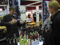 Laura probeert verjus (agrest) van Wijngaard de Wageningse Berg
