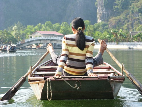 The Tam Coc way of rowing with bare feet