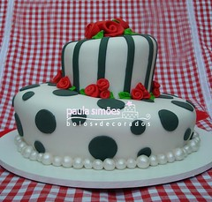 Bolo Torto (The Cake is on the Table) Tags: white black rose branco preto pearls ribbon bolo rosas topsy turvey prolas torto