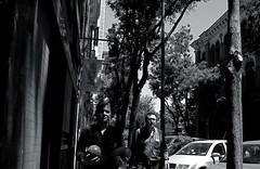 Chica con dos melones/Two melons girl (Joe Lomas) Tags: madrid street leica urban blackandwhite byn blancoynegro girl fotosencadenadas calle spain chica candid reality streetphoto urbano melons urbanphoto realidad callejero melones robados chamber realphoto fotourbana fotoenlacalle fotoreal photostakenwithaleica leicaphoto girlwithmelons chicaconmelones