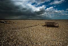 A Praia [The Beach] (Jim Skea) Tags: inglaterra deleteme5 deleteme8 england costa deleteme deleteme2 deleteme3 deleteme4 deleteme6 deleteme9 deleteme7 coast suffolk rust saveme4 saveme5 saveme saveme2 saveme3 deleteme10 shingle wideangle ultrawide ferrugem orford orfordness grandeangular seixos sigma1020mmf456exdchsm suffolkcoast fujifilmfinepixs5pro