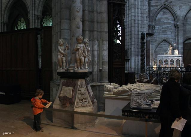 Un petit enfant en chair et en os à coté de ceux en marbre :)
