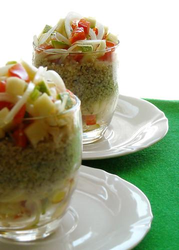 Bicchierini di couscous speziato con macedonia di verdure estive