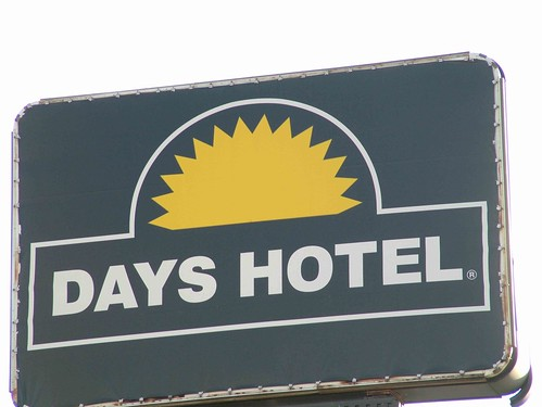 days_hotel_hazel_park_sign
