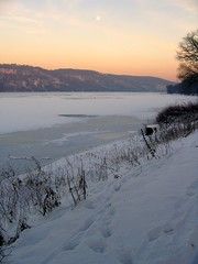 Dusk over Baldeneysee (c-h-l (chapter closed, goodbye!)) Tags: schnee winter sunset moon lake snow ice germany deutschland mond frozen essen sonnenuntergang dusk full nrw dmmerung eis ruhrgebiet 2009 baldeneysee zugefroren bej abigfave platinumphoto theunforgettablepictures platinumheartaward winnr ubej