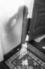 door (Mr.FoxTalbot) Tags: 2001 london julio londres infrared a1 infrarojo iusefilm kodakhighspeed proyectoinfrared