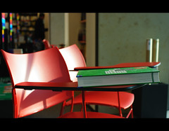 (It's Stefan) Tags: light red green germany buch lesen reading colours pentax leer libro books bookstore nrw dusseldorf libros lecture bookshop dsseldorf libreria lire lectura literacy bcher leggere librairie librera buchhandlung    lektre legger k20d  pentaxk20d   booksellersshop