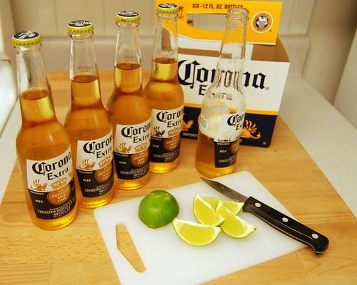 Tại sao người ta lại thường uống bia Corona với một lát chanh?