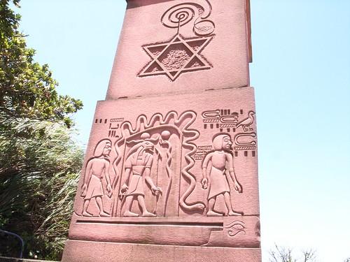 靈鳩山:天眼門,上面有各地的宗教符號