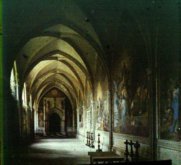 Claustro de la Catedral y entrada a la Capilla de San Blas (Toledo). Autocromo tomado hacia 1913