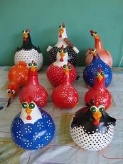 DSC00926 (bbelartes2010) Tags: artesanato presentes galinhas diadasmes pintinhos cozinhas cabaas porongosdecorao galinhascoloridas