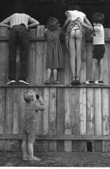 Foto di ...?? (Scannerizzata da rivista) (darzan39) Tags: 2 6 3 1 foto 5 4 123 culo fotografia scherzo sedere steccato natiche