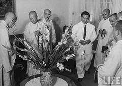 Pres. Ngo Dinh Diem (C) receiving a delegation of Buddhist monks from the Union Committee for the Defense of Pure Buddhism at Gia Long Palace. 9-1963 par VIETNAM History in Pictures (1962-1963)