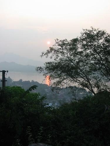 Zonsondergang op Phu Si