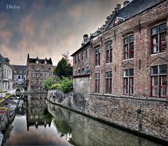En los canales de Brujas  (Brugge, Belgium) (dleiva) Tags: plaza architecture canal arquitectura belgium belgique amanecer markt chanel belgica brujas flandes entorno bruggue dleiva