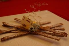 Fiammiferi di sfoglia caramellati con crema e decorazioni...