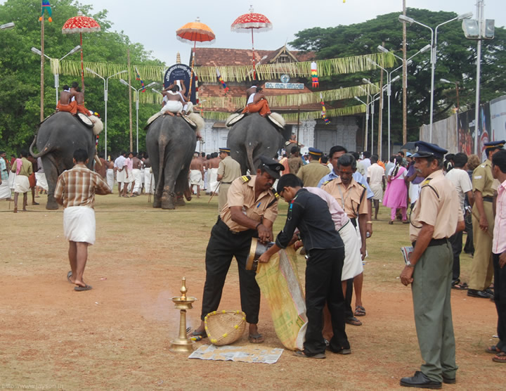 thrissur pooram - Small Poorams arriving at Vadakkunnathan
