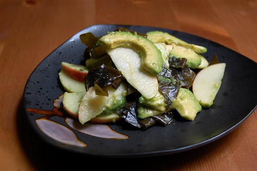 Avo-apple salad with wakame